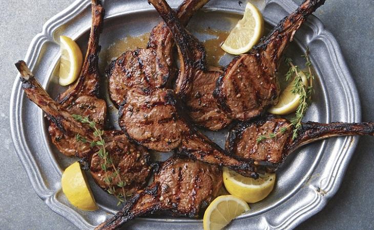 Costeletas de cordeiro marinadas com limao e tomilho