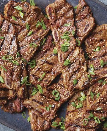 Costeletas marinadas grelhadas em estilo coreano