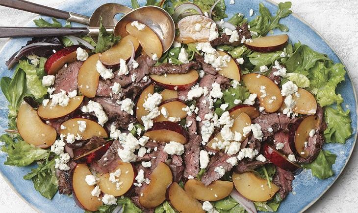 Salada de Bife com Ameixas e Gorgonzola