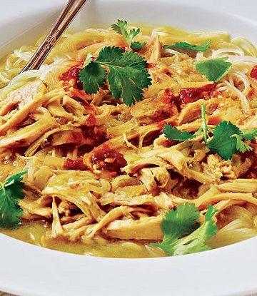 Sopa indonesia de frango e amendoim